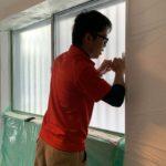 防犯リフォーム、名古屋市中村区での防犯フィルム施工が完了。下敷きほどの厚みが侵入を防ぐ。